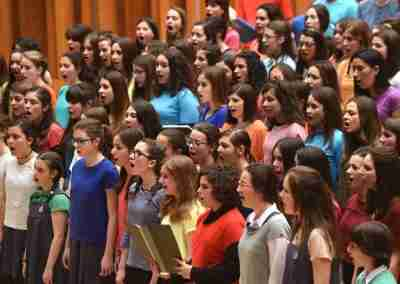 """Un hombre y su """"desafío coral"""" ha cambiado la vida de 30 jovenzuelos de una escuela de segunda enseñanza de Middlesex."""
